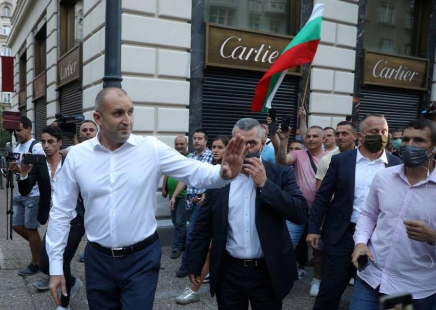 رومين يلوح لمحتجين معارضين للحكومة عقب لقائهم في العاصمة. (رويترز)