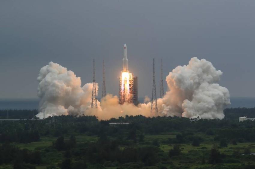 لحظة انطلاق الصاروخ «لونغ مارش 5 بي». (أ ب)