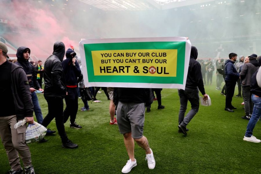 من احتجاجات جماهير مانشستر يونايتد. (رويترز)