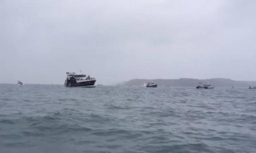 قوارب الصيد الفرنسية أمام ميناء «سانت هيلير». (أ ب)