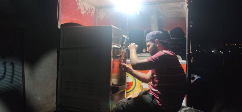 نازح في مخيمات أطمة يستخدم ماكينة بدائية لبيع البوظة السورية.