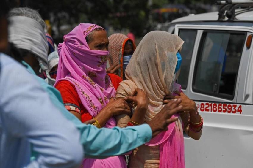 الأهالي يودعون أحد ضحايا الفيروس في مراد آباد بالهند. (أ ف ب)