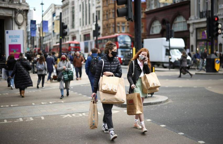 فتيات يرتدين الكمامة في شوارع لندن. (رويترز)