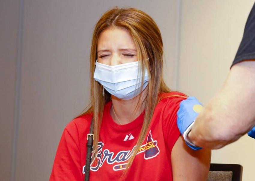 سيدة تتلقى اللقاح في أتلانتا الأمريكية. (أ ف ب)