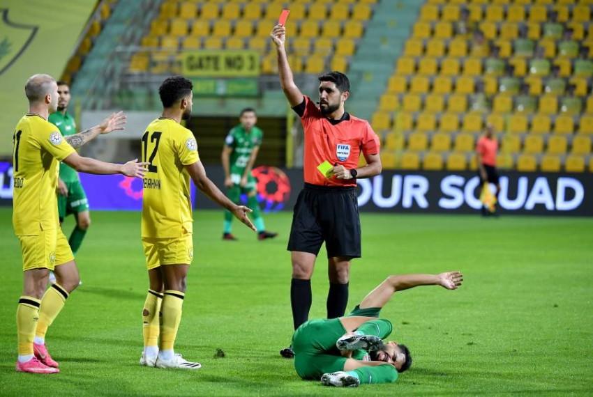 لحظة طرد صالح في مباراة الذهاب في الدوري على ملعب زعبيل. (من المصدر)