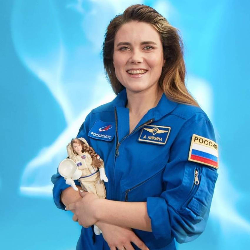 باربي رواد الفضاء آنا كيكينا مع دمية تمثلها