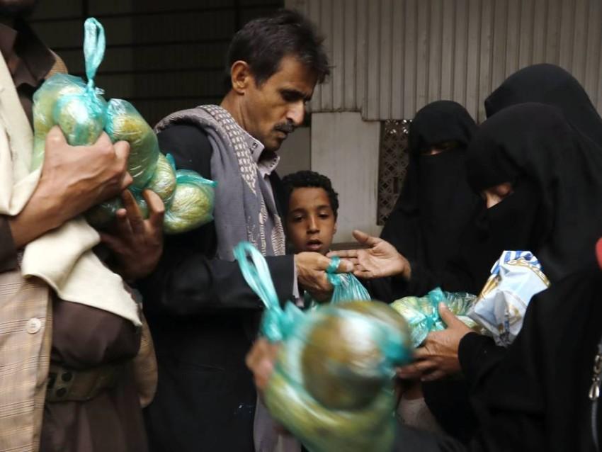 مساعدات غذائية لليمنيين في العاصمة التي يسيطر عليها الحوثيون. (أي بي أيه)