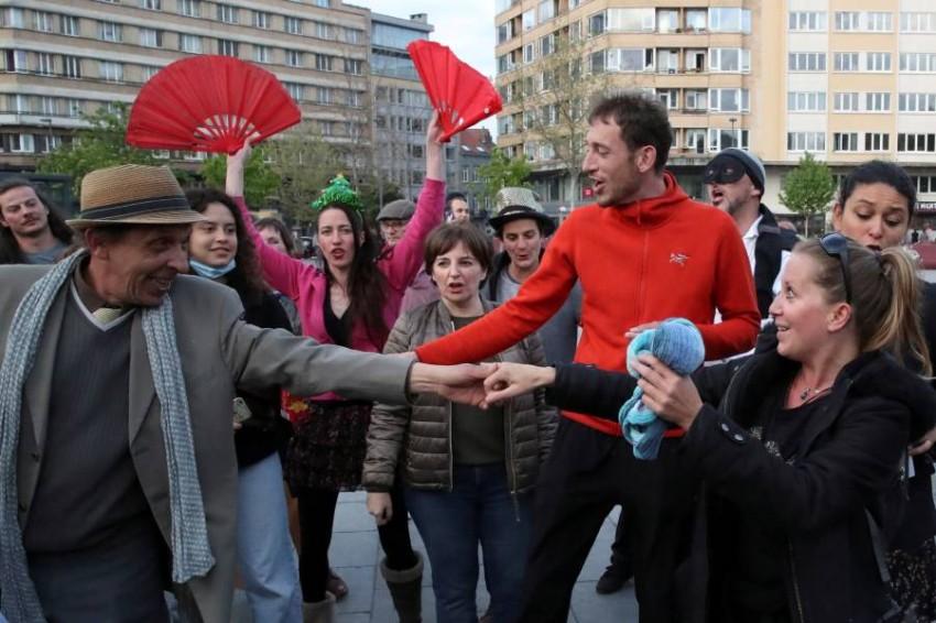 رقص واحتفالات دون كمامات. (رويترز)