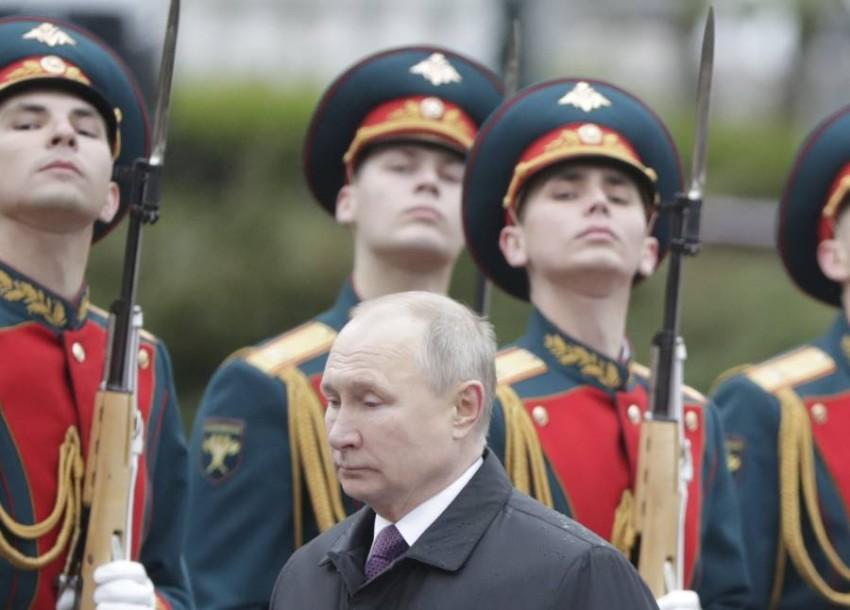بوتين أثناء الاستعراض. (إي بي أيه)