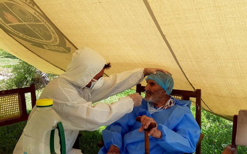 عزيز عبدالعليم لدى احتجازه للعلاج من كورونا. (أرشيفية)