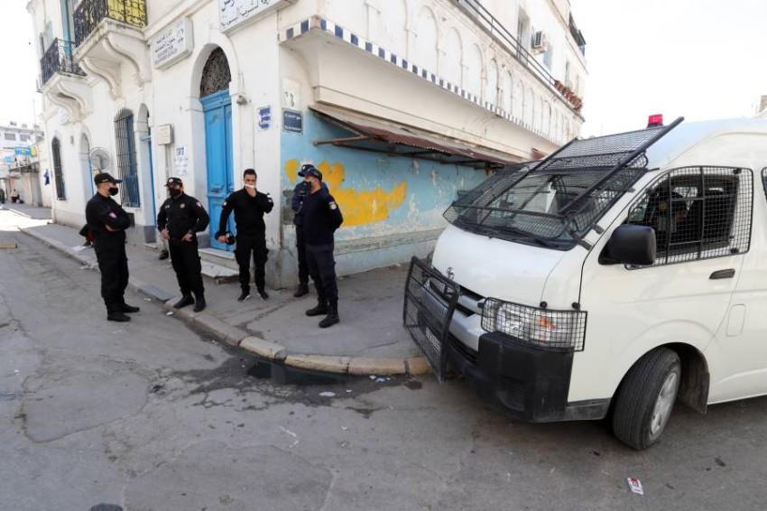 الشرطة التونسية تراقب تطبيق الحظر.(أي بي أيه)