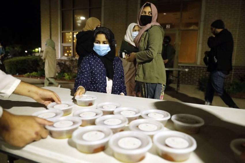 توزيع حلوى بعد صلاة التراويح في مركز اسلامي في شيكاغو(أ ب)