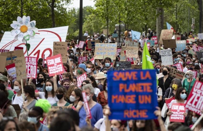 مسيرة النشطاء المناهضين للاحتباس الحراري في باريس. (إي بي أيه)