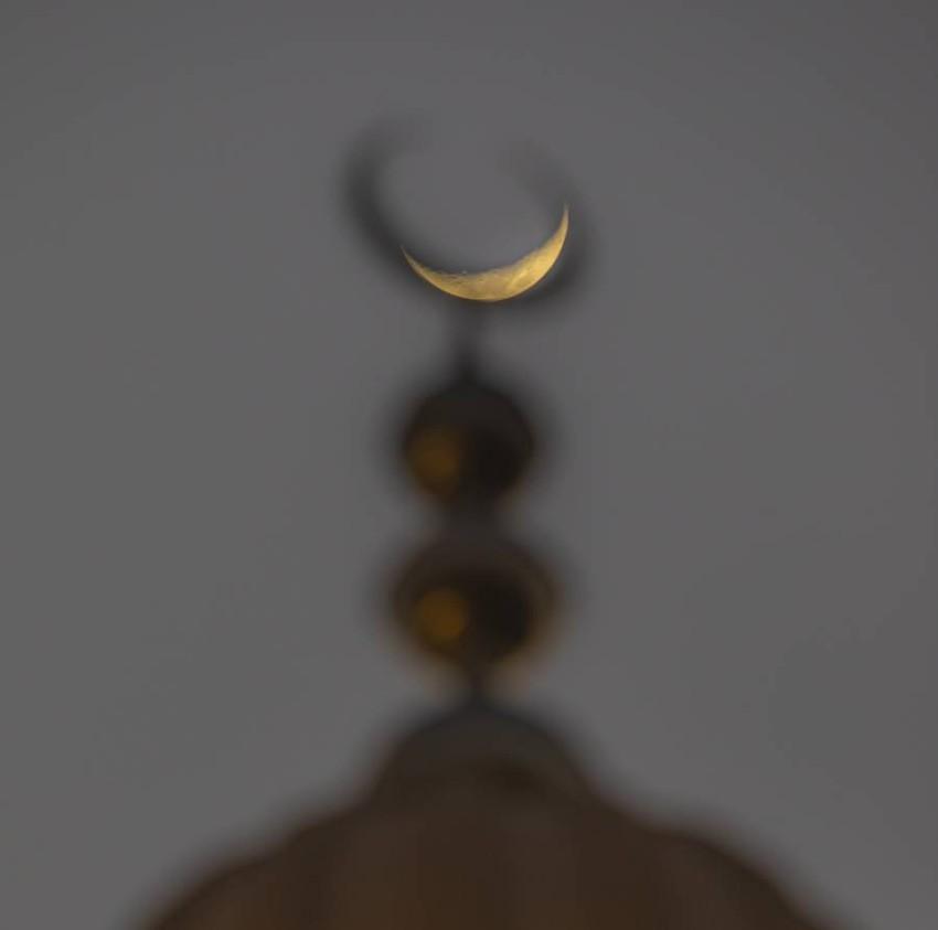 هلال رمضان خلف هلال مأذنة مسجد راشد محمد بخيت الفلاسي ، شارع الجميرا ، دبي ، ٢٧ ابريل ، ٢٠٢٠ ، تصوير عماد علاءالدين