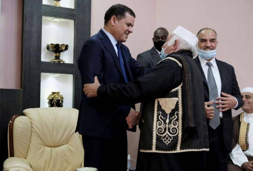 الدبيبة يواجه تحديات كثيرة للتأليف بين الليبيين والاعداد للانتخابات. (رويترز)