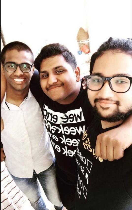 الأصدقاء مسلم ومسيحي وهندوسي.