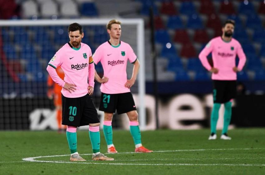 حسرة لاعبي برشلونة بعد التعادل. (رويترز)