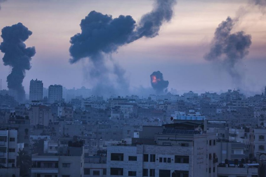 دخان يتصاعد بعد غارة إسرائيلية على غزة فجر الأربعاء. (إي بي أيه)