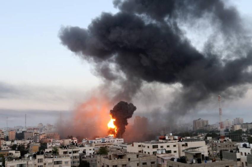 دخان وحرائق أثناء ضربات إسرائيلية وسط التصعيد في العنف الإسرائيلي الفلسطيني. (رويترز)
