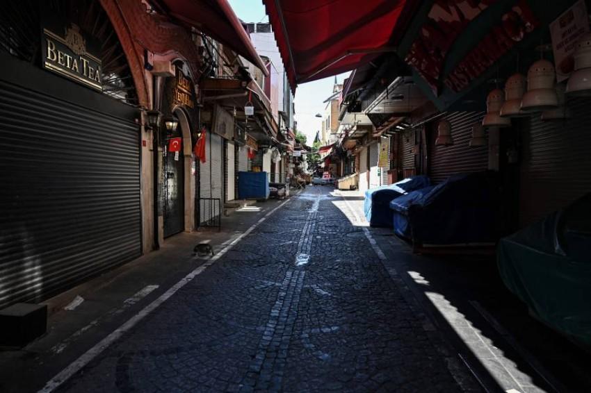 شوارع مهجورة في إسطنبول جراء الإغلاق. (أ ف ب)