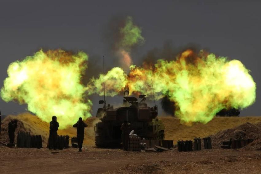 المدفعية الإسرائيلية على الحدود مع قطاع غزة. (إي بي أيه)