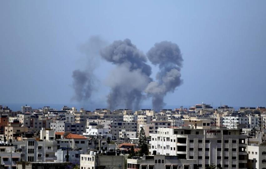 دخان يتصاعد من مدينة غزة عقب غارة إسرائيلية. (أ ب)