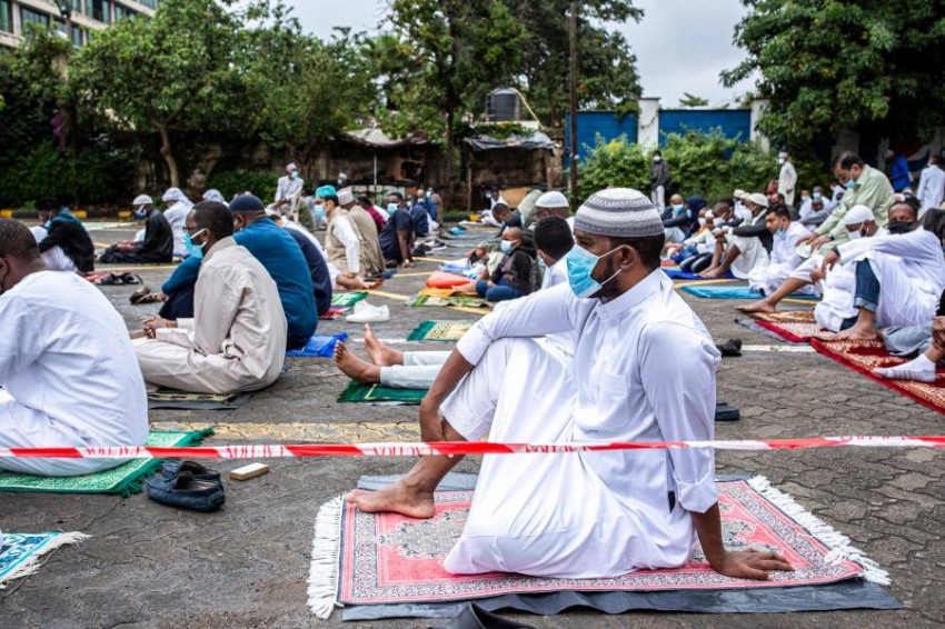 مصلون يحضرون صلاة عيد الفطر في ساحة انتظار مسجد في نيروبي - كينيا. (أ ف ب)