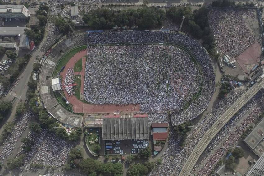 مصلون في ملعب لكرة القدم في أديس أبابا. (أ ف ب)