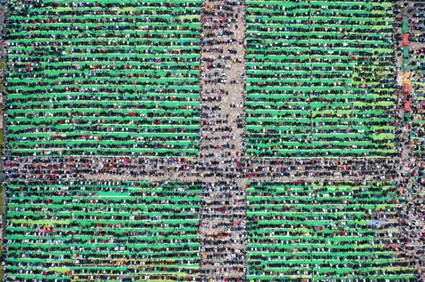مسلمون ألبان يصلون في ميدان سكندربيج. (أ ف ب)