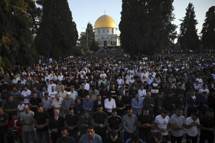 أدى نحو 100 ألف مسلم الصلاة في المسجد الأقصى. (أ ب)