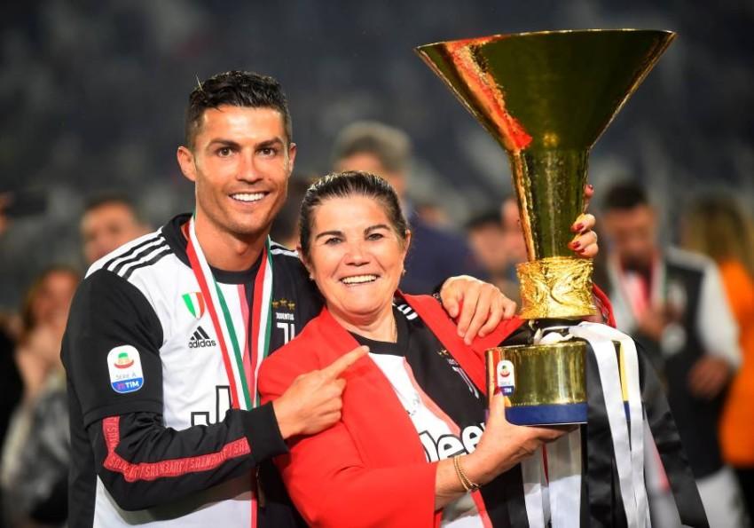 رونالدو مع والدته. (رويترز)