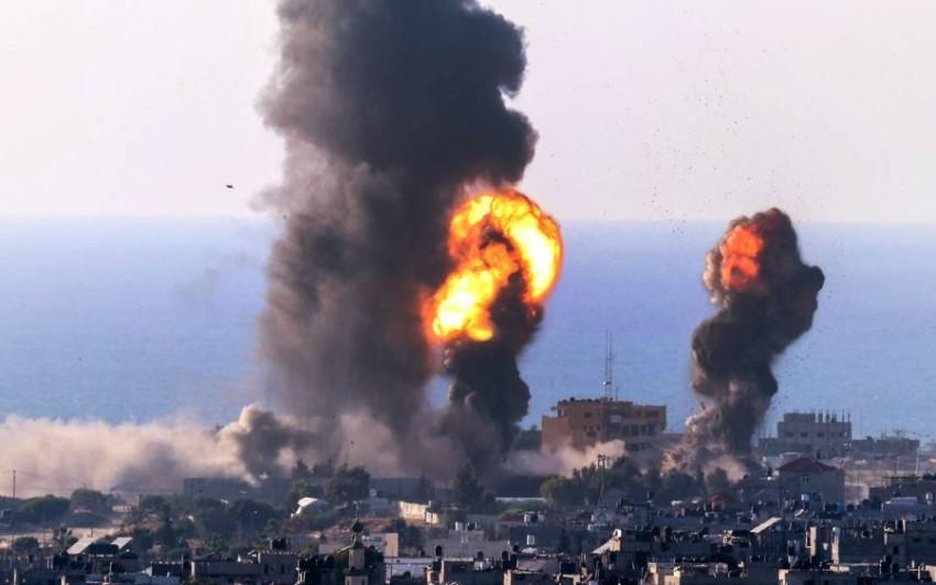 الدخان يتصاعد بعد غارة جوية استهدفت رفح جنوب قطاع غزة. (أ ف ب)