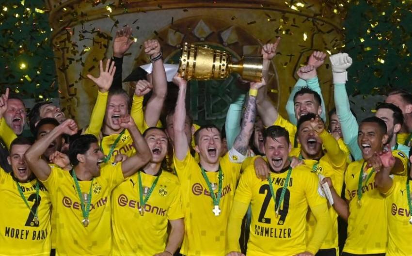 دورتموند محتفلاً بكأس ألمانيا. (أ ف ب)
