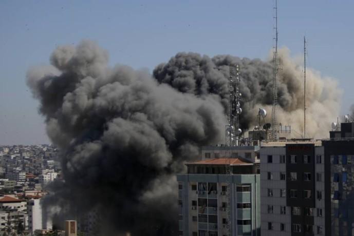 الدخان يتصاعد من برج الجلاء بعد الضربة الإسرائيلية. (أ ب)