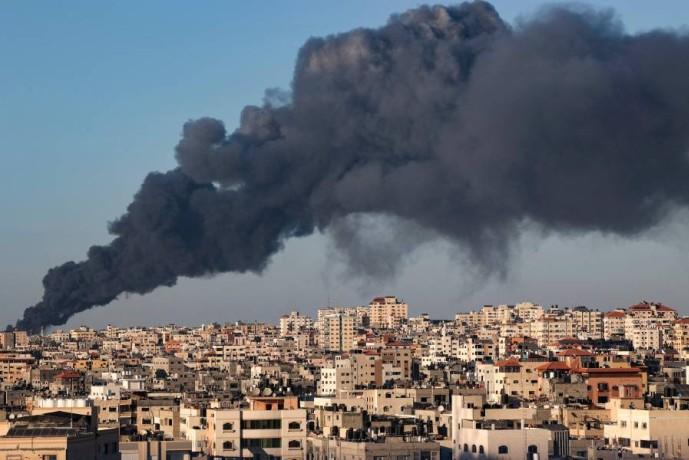 الدخان يتصاعد من غزة بعد قصف إسرائيلي أمس. (أ ف ب)