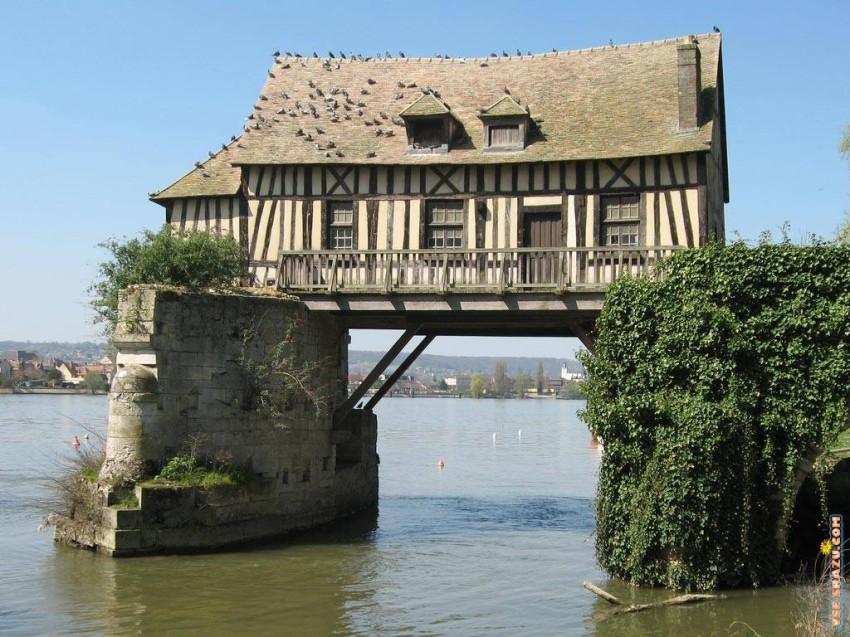 بيت معلق في الماء.