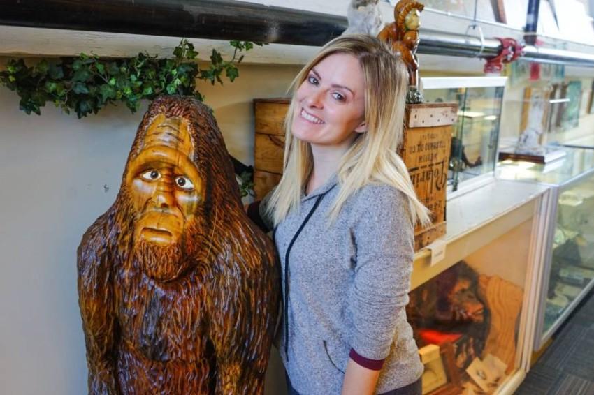 زائرة في متحف الحيوانات الخفية