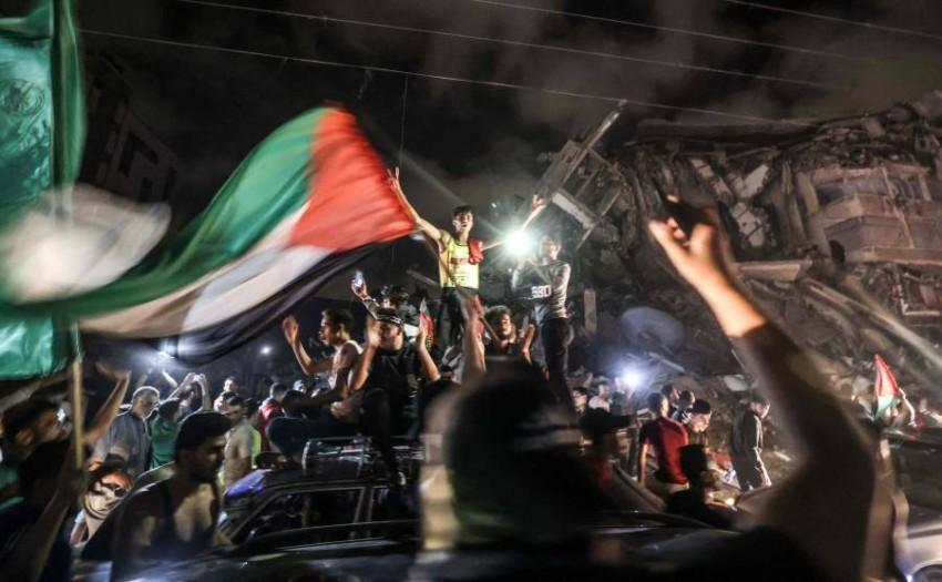 احتفالات في غزة ببدء سريان وقف اطلاق النار. (أ ف ب)