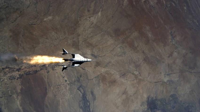 طائرة فيرجين تحلق قرب حافة الفضاء.