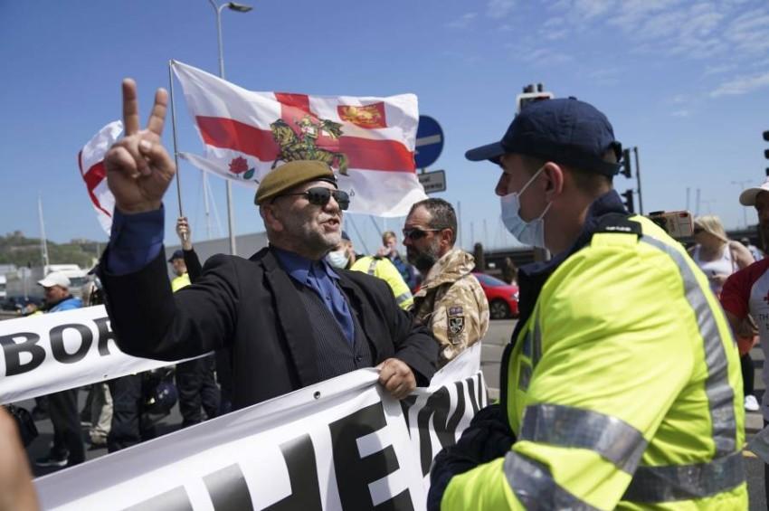 متظاهرون رافضون للاجئين في دوفر بإنجلترا. (أ ب)