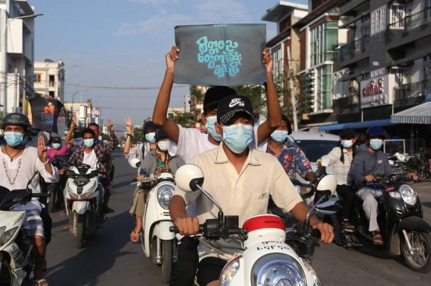 معارضون للانقلاب العسكري في شوارع ميانمار. (إي بي أيه)