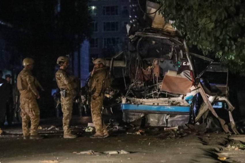 رجال الأمن يفحصون موقع انفجار في كابول. (إ ب أ)