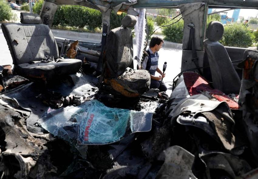 الحافلة مدمرة بعد الانفجار. (رويترز)
