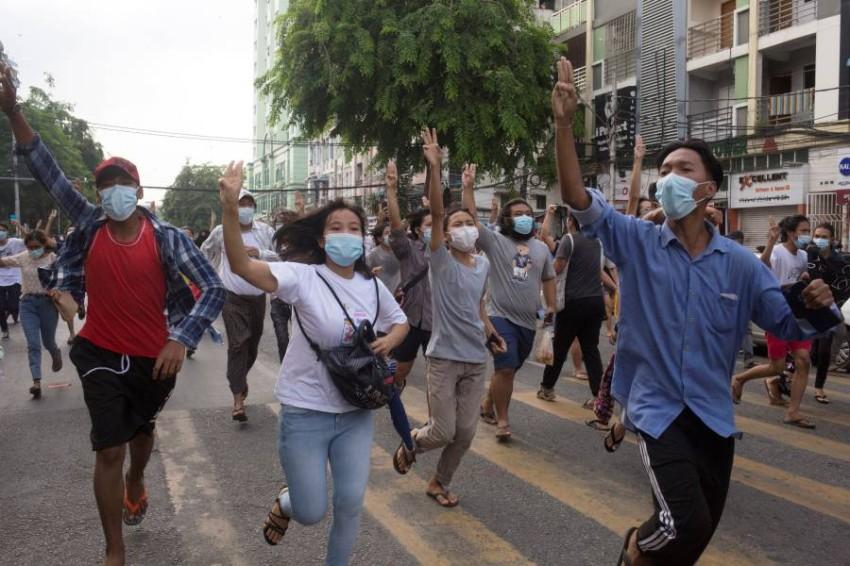 متظاهرو ميانمار يواصلون احتجاجهم على الانقلاب العسكري. (رويترز)