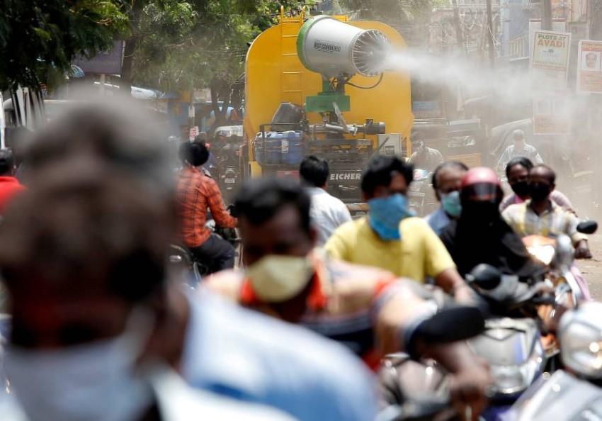 زحام دراجات نارية في الهند وسط عمليات تعقيم جارية. (رويترز)
