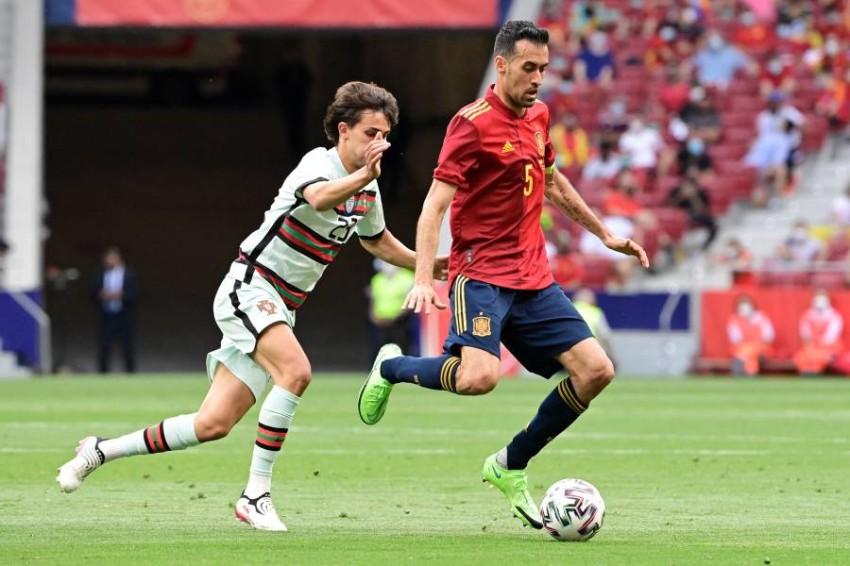 سيرخيو بوسكيتس خلال مباراة إسبانيا الودية مع البرتغال. (أ ف ب)