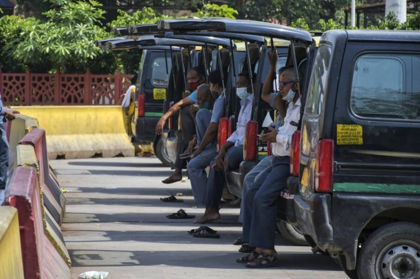 سائقو سيارات الأجرة بانتظار زبائنهم. (أ ب)