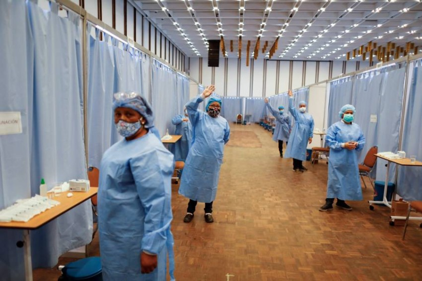 من المتوقع أن تزداد الاعتداءات على العاملين الصحيين وسط الفوضى التي تسببها السلالات الجديدة - رويترز.