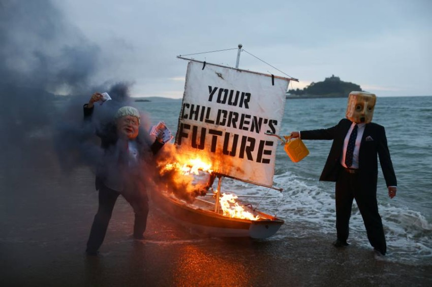 """نشطاء يحذرون من """"نيران"""" تلتهم مستقبل الأطفال بسبب التغير المناخي.(رويترز)"""