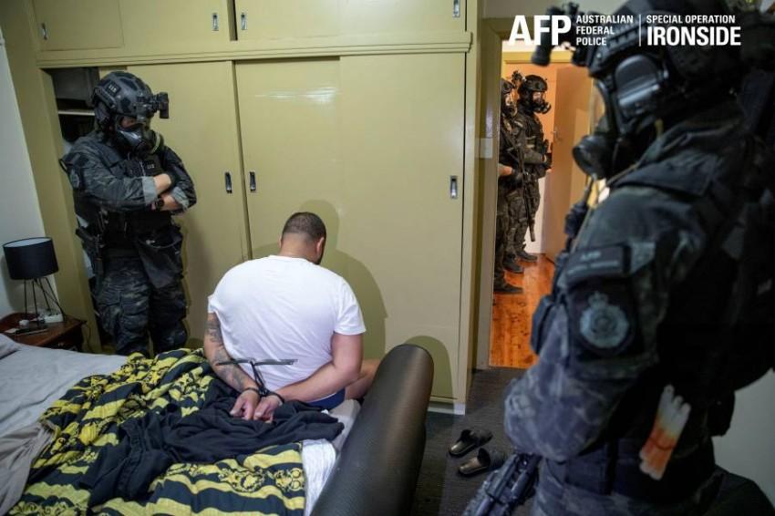 الشرطة الأسترالية تعتقل أحد أفراد العصابات.(إ ب أ)